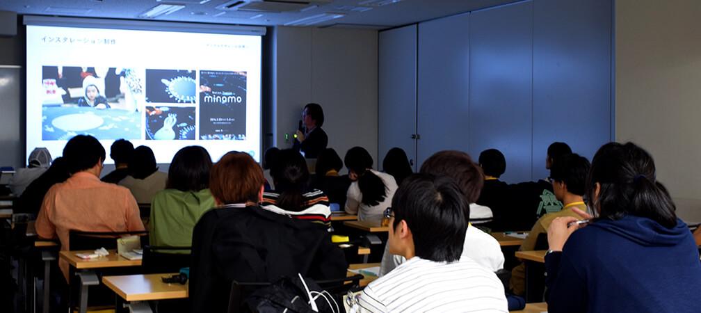 日本電子専門学校のグラフィックデザイン科での授業風景。 熱心に受講する生徒の皆さん。