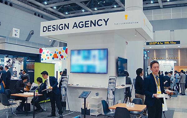 たき工房のコンテンツ東京出展ブース。ビジョンの「DESIGN AGENCY]のロゴが屋根に大きく書かれ遠くからでも映える。