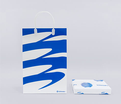 創業150周年を機に開発した「いちまるグループ」のロゴ、ロゴマークをモチーフにした、手提げ袋と包装紙。
