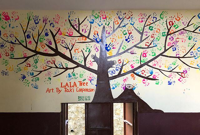 手形で作ったモニュメント「LaLaの木」